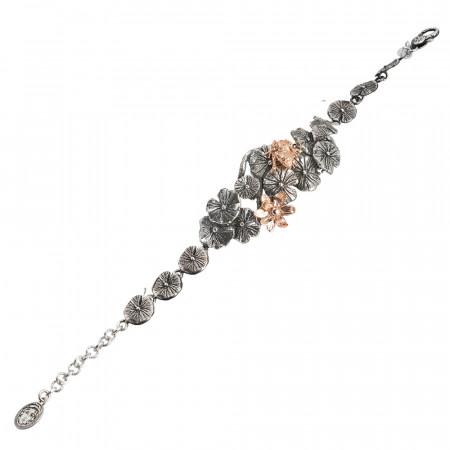 Bracciale in argento brunito con decoro composto da ninfee e ranocchio rosato