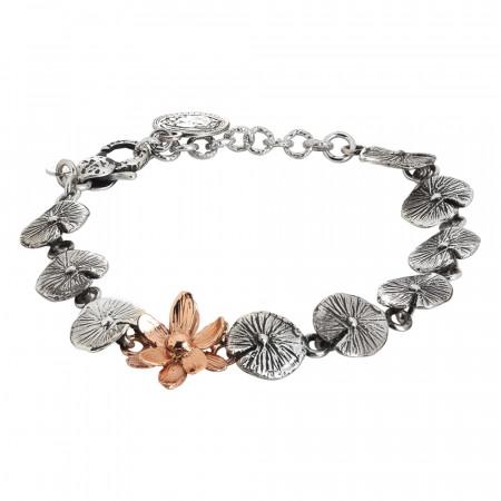 Bracciale in argento brunito composto da foglie di ninfea e fiore rosato