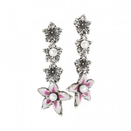 Orecchini pendenti con fiore di lilium decorato a mano finale