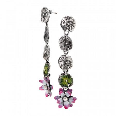 Orecchini pendenti con foglie di ninfea brunite e dipinte a mano e fiore di ninfea finale dipinto di fucsia