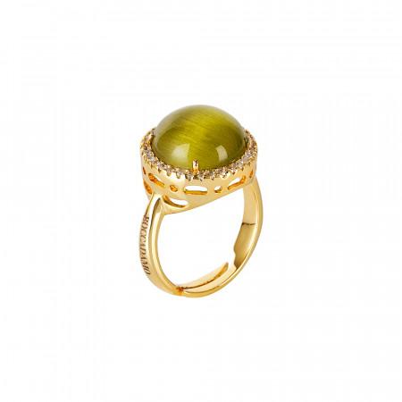 Anello con cristallo cabochon verde olivina gatteggiante e zirconi