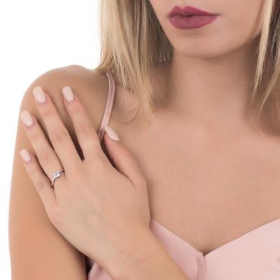 Anello con zircone taglio diamante