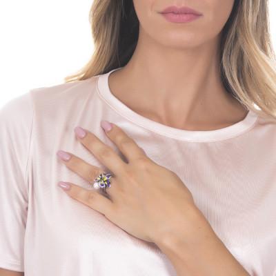 Anello in argento brunito con ninfea dipinta e perla naturale laterale