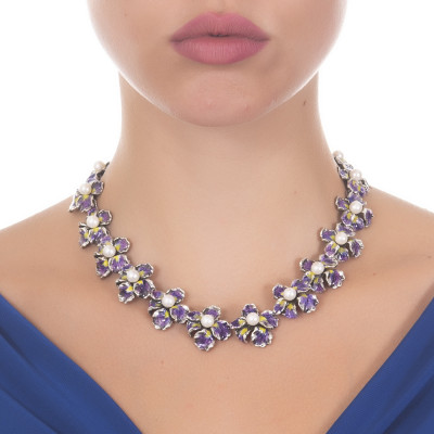 Collana con fiori di iris in argento brunito dipinto a mano e perle naturali