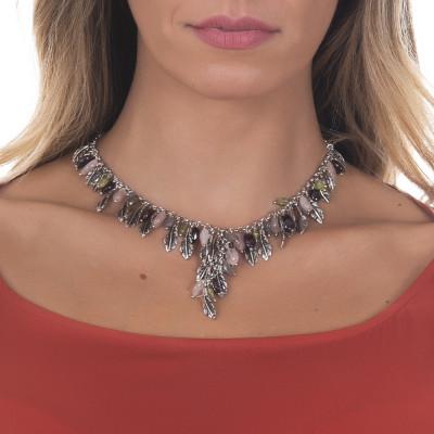 Collana in argento brunito con decoro centrale di foglie piuma e pietre naturali colorate