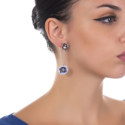 Orecchini pendenti con apina in argento brunito e margherita dipinta a mano di blu