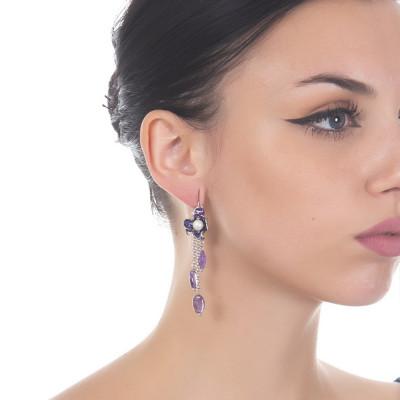 Orecchini a ciuffetto con fiore di iris dipinto a mano, perle naturali e cristalli ametista