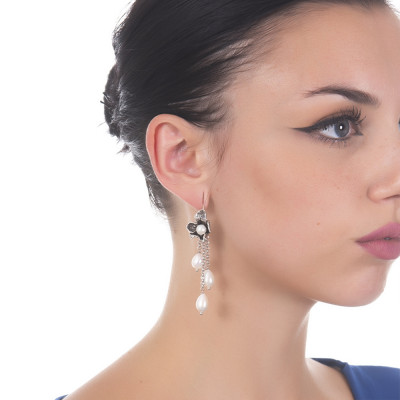 Orecchini a ciuffetto con fiore di iris in argento brunito e perle naturali