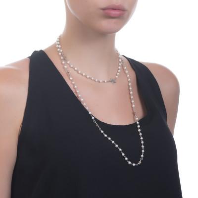 Collana lunga con perle naturali e stelline pendenti.