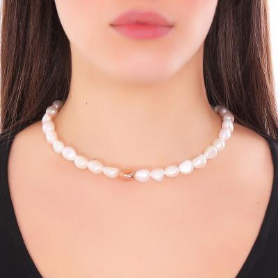 Collana con perle scaramazze ed elemento placcato oro rosa