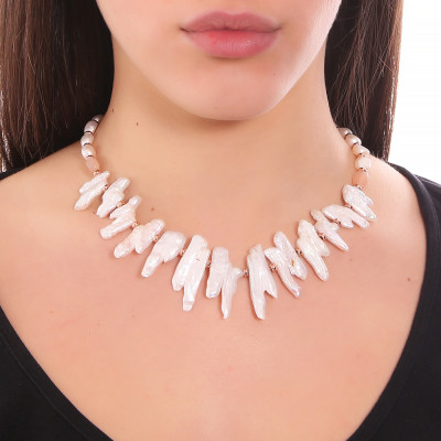 Collana con perle barocche unite, perle scaramazze e pietra luna