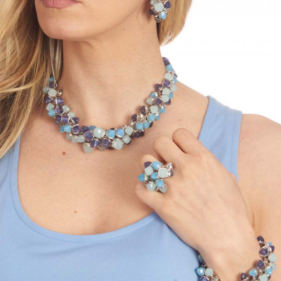 Anello con ciuffo di cristalli piramidali dalle sfumature del blu