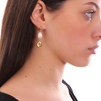 Orecchini con perla scaramazza ed elemento placcato oro giallo