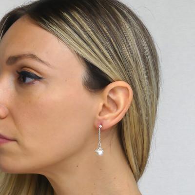 Orecchini con perla Swarovski pendente e punto luce di zirconi