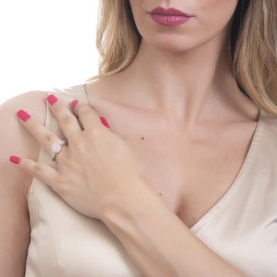 Anello con cabochon rosa chiaro e zirconi