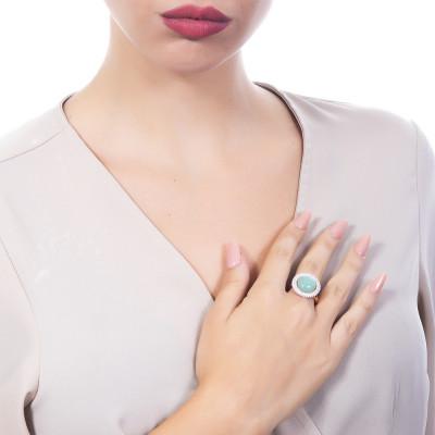 Anello con cabochon verde chiaro su base di zirconi