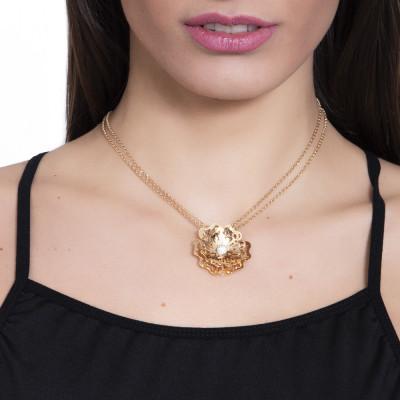 Collana dorata con rosa selvatica tridimensionale pendente e zirconi