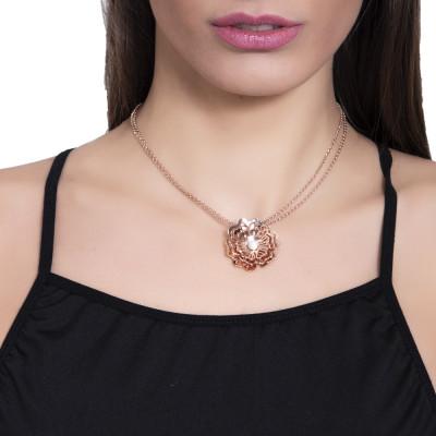 Collana rosata con rosa selvatica tridimensionale pendente e zirconi