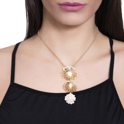 Collana dorata con pendente a cravattino composto da rose selvatiche tridimensionali