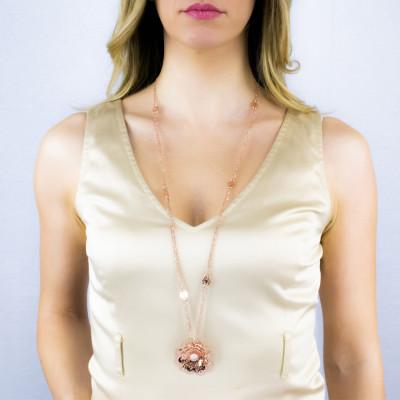 Collana doppio filo rosata con rosa selvatica tridimensionale pendente e zirconi
