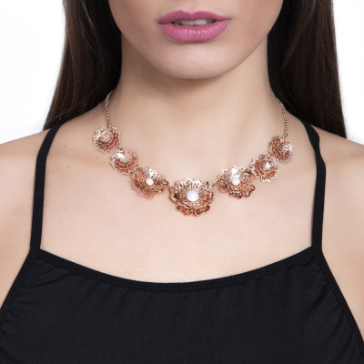 Collana corta rosata con rose selvatiche tridimensionali degradè