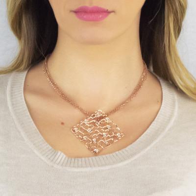 Collana doppio filo rosata con pendente dalla trama a rete e Swarovski