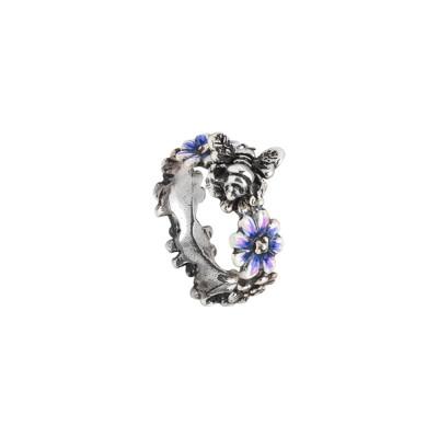 Anello a fascia in argento brunito con margherite dipinte di blu e ape