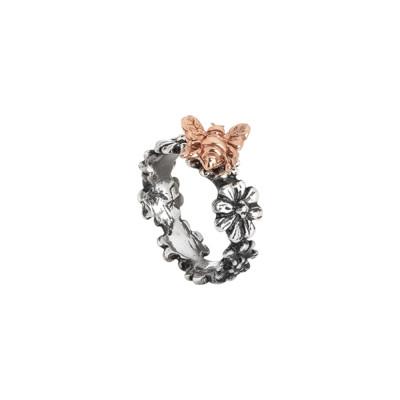 Anello a fascia in argento brunito con margherite e ape rosata