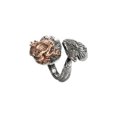 Anello contrariè in argento brunito con ninfee e ranocchio rosato
