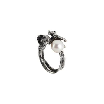 Anello in argento brunito con ninfea e perla naturale laterale