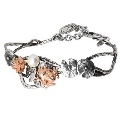 Bracciale semirigido in argento brunito con fiori di ninfea e ranocchio rosati e perla naturale