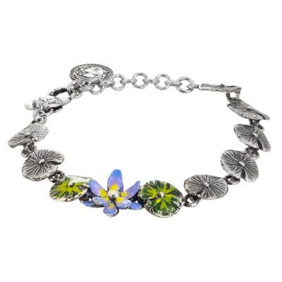 Bracciale in argento brunito composto da foglie di ninfea dipinte e fiore di ninfea dipinto di lilla