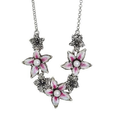 Collana in argento brunito con centrale di fiori di lilium dipinti a mano e perle naturali