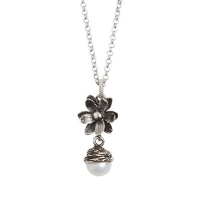 Collana in argento brunito con pendente composto da fiore di ninfea e perla naturale