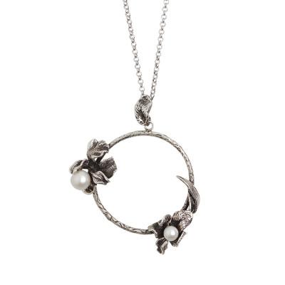 Collana in argento brunito con pendente circolare decorato da fiori di iris e perle naturali