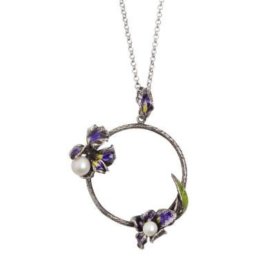 Collana in argento brunito con pendente circolare, fiori di iris decorati a mano e perle naturali