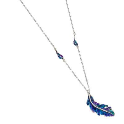 Collana in argento brunito e foglie piuma dipinte di blu