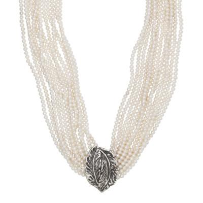 Collana multifilo con perle lisce naturali e foglia piuma in argento brunito.