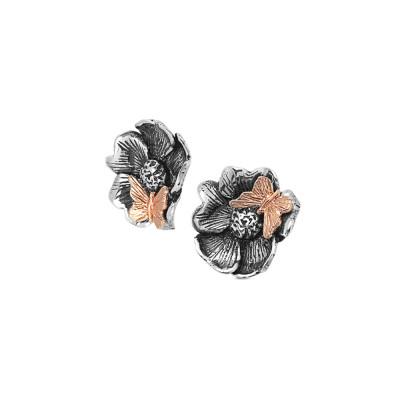 Orecchini a lobo con fiore di ciliegio brunito e farfalla placcata oro rosa
