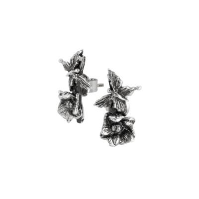 Orecchini asimmetrici con farfalla e fiore di ciliegio in argento brunito