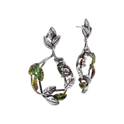 Orecchini con decoro di foglie di ulivo dipinte a mano e farfalle brunite