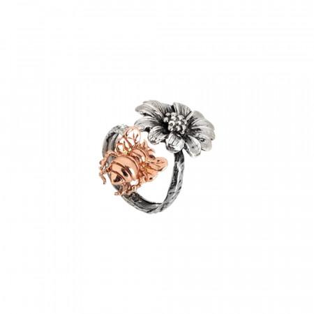 Anello contrariè in argento brunito con margherita e ape rosata