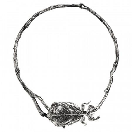 Collana semirigida in argento brunito con insetto foglia centrale