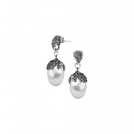 Orecchini in argento brunito con perla naturale barocca pendente.