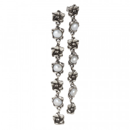 Orecchini con sette fiori di ciliegio bruniti e perle naturali