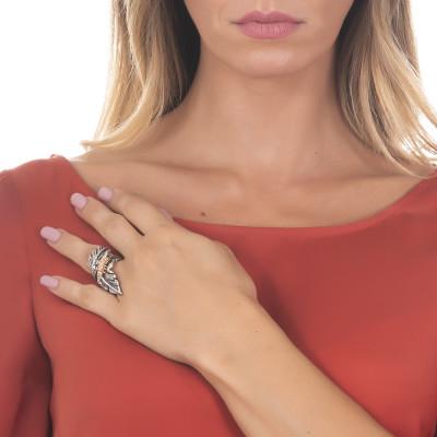 Anello contrariè foglia piuma in argento brtunito e bruco rosato
