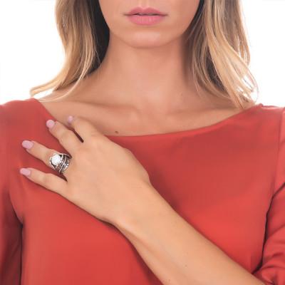 Anello in argento brunito e perla naturale avvolta da un decoro di foglie piuma