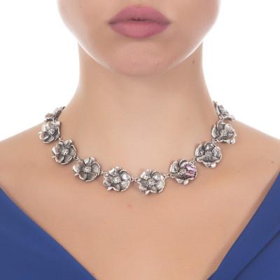 Collana in argento brunito con fiori di ciliegio e farfalla dipinta a mano