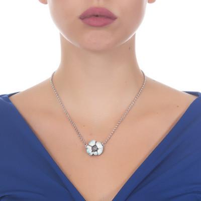 Collana in argento brunito con fiore di ciliegio dipinto a mano