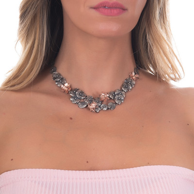 Collana in argento brunito con decoro di ninfee bicolor e ranocchio placcato oro rosa